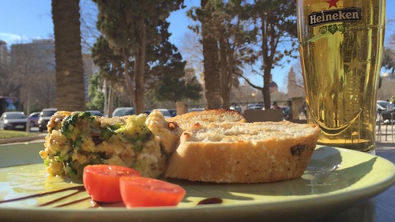 Revuelto de brócoli, cebolla tierna y cuatro quesos