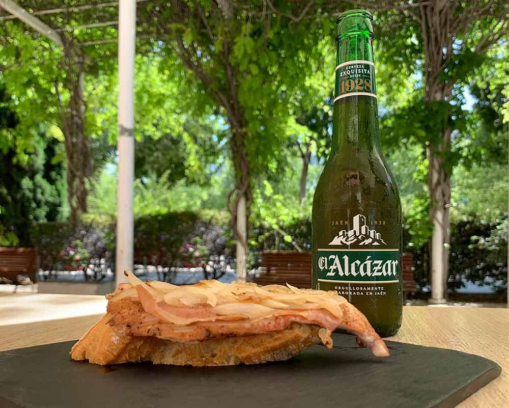 Disfruta con cerveza el Alcázar y una tapa de regalo solo para ti